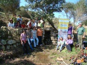El grup de voluntaris/es devora el pou