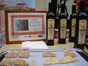 Tastet de l'oli amb el pa de La Marcona